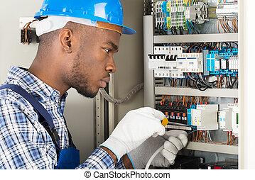 technicien, réparation, tournevis, fusebox