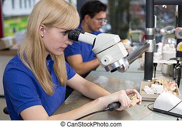 technicus, doorwerken, dentaal, prothese, onder een microscoop