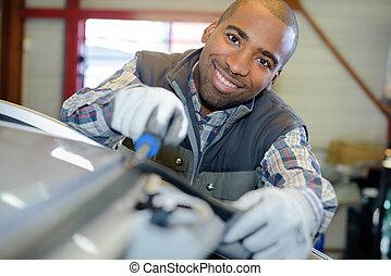 technicus, garage, het glimlachen