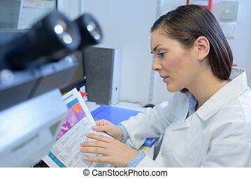 technicus, laboratorium, lezende , tabel