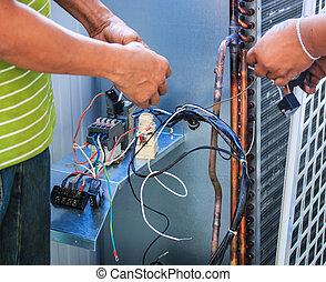 technicy, byli, naprawiając, air-conditioning