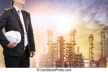 technika, człowiek, z, hełm bezpieczeństwa, reputacja, przeciw, naftowa rafineria