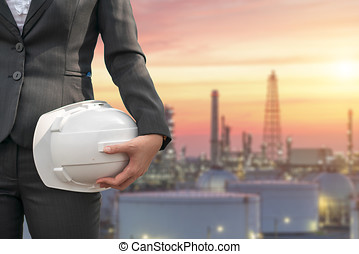technika, z, biały, hełm bezpieczeństwa, reputacja, przed, naftowa rafineria, budowa budowa, w, ciężki, petrochemiczny przemysł