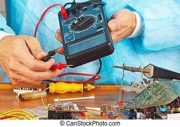 tecnico di assistenza, assegni, asse, di, dispositivo elettronico, con, uno, multimeter, servizio, officina