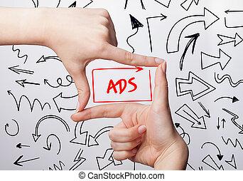 tecnologia, internet, negócio, e, marketing., jovem, mulher negócio, escrita, word:, anúncios