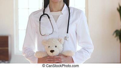 teddy, pédiatre, appareil photo, femme, heureux, regard, ours, tenue, docteur