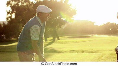 teeing, couple, fermé, golf, heureux
