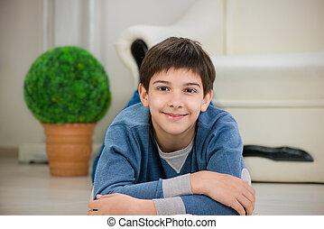 teen chłopiec, przystojny, leżący, podłoga