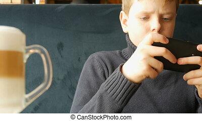 teen chłopiec, smartphone, gra, czarnoskóry, interpretacja