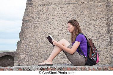teen dziewczyna, czytanie, biblia