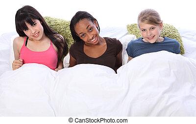 teenage, łóżko, szczęśliwy, partia, zabawa, dziewczyny, sen