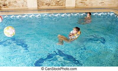 teenage, barwny, dom, możliwy do napompowania, domowy, dziewczyny, dwa, dzwoni, video, 4k, kałuża, pływacki