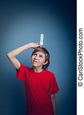teenage dreng, holde, en, lys pære, europæisk, tilsynekomst, farve, på, en