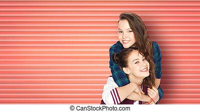 teenage dziewczyny, tulenie, uśmiechanie się, przyjaciele, albo, szczęśliwy