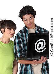 @, teenage, emblazoned, laptop, znak, patrząc, para