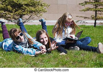 teenage, græs, liggende, skolepiger