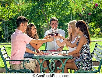 teenage, grupa, napój, razem, cieszący się, przyjaciele