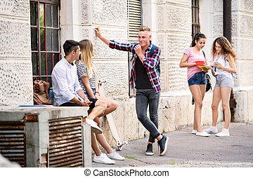 teenage, grupa, university., studenci, mówiąc, przód