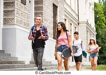 teenage, grupa, university., studenci, pieszy, pociągający