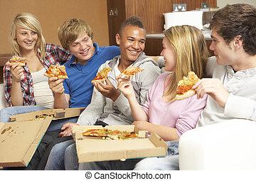 teenage, jedzenie, posiedzenie, sofa, grupa, dom, przyjaciele, pizza
