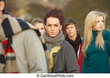 teenage, na wolnym powietrzu, otoczony, jesień, drużki, krajobraz
