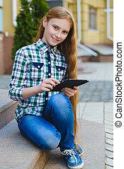 teenage, pastylka pc, komputer, outdoors, uśmiechnięta dziewczyna