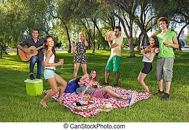 teenage, piknik, outdoors, cieszący się, przyjaciele, szczęśliwy