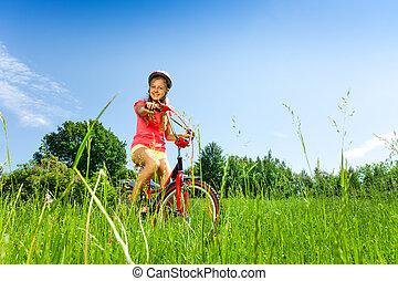 teenage, rower, łąka, dziewczyna
