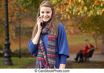 teenage, ruchomy, para, park ława, jesień, telefon, tło, dziewczyna