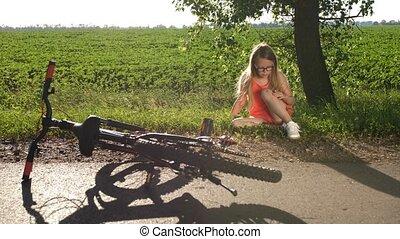 teenage, ruina, posiedzenie, po, rower, dziewczyna, droga