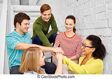 teenage, studerende, kammerater, hænder, eller, stakke