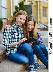 teenage, tabliczka, dziewczyny, pc komputer, outdoors, uśmiechanie się