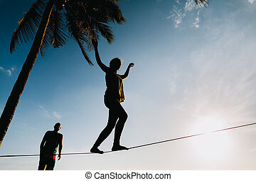 teenager, ausgleichen, auf, slackline, mit, himmelsgewölbe, ansicht