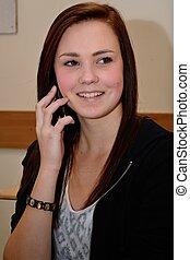 Teenager beim Telefonieren - Jugendliche telefoniert mit...
