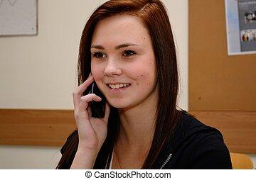 Teenager beim Telefonieren mit Handy