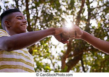 teenager, gegen, rassismus, schwarz, hände, weißes, beitritt