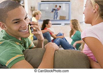 teenager, hängen, fernsehen, gebrauchend, bewegliche...