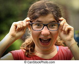 teenager, kurzsichtig, m�dchen, mit, kurzsichtigkeit, tragen, neu , sichten, korrektur, brille