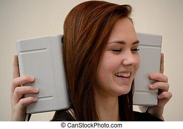 Teenager mit Lautsprecherboxen - Jugendliche lacht mit...