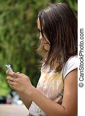 Teenager schreibt sms - Portraet von sms-schreibendem...