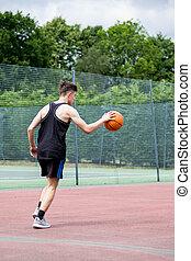 teenagerjunge, springen, a, basketball, auf, a, gericht