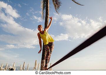 teenagermädchen, ausgleichen, auf, slackline, mit, himmelsgewölbe, ansicht