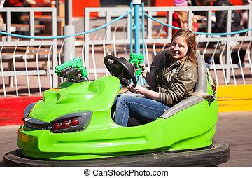 teenagermädchen, fahren, a, autoskooter