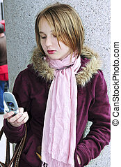 teenagermädchen, textmessaging, auf, mobilfunk
