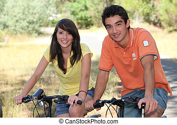 teenagers, дела, велосипед, в, лес