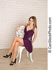 tegelsten, klänning, mode, kamera., kvinnlig, sittande, se, modell, vit, stol, mot, vägg, hon, ung, bakgrund.