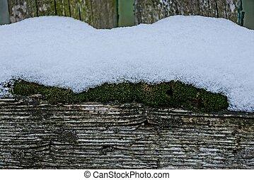 teil, a, hölzerner zaun, mit, grün, moos, unter, der, schnee