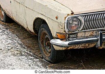 teil, ein, altes , auto, mit, a, stoßstange, scheinwerfer, und, a, rad, straße, boden