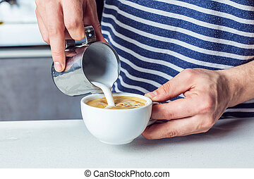 teilweise, aufschließen, ansicht, von, mann, auslaufende milch, in, bohnenkaffee