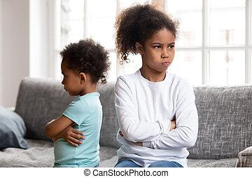 teimoso, pequeno, evitar, após, luta, falando, irmãs